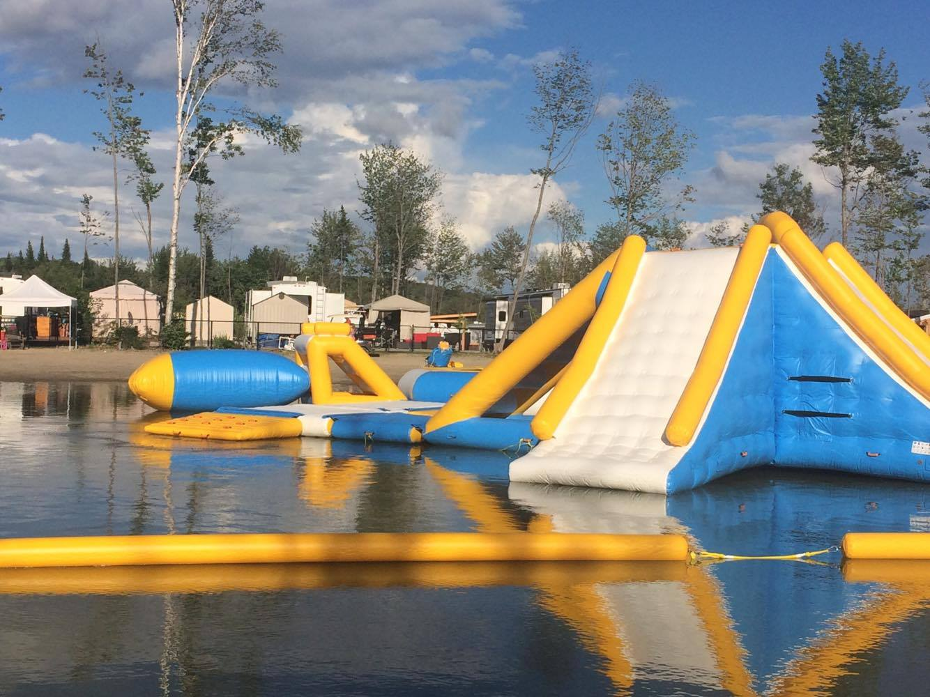 http://www.parc-aquatique.com/wp-content/uploads/2017/07/parcours-gonflable-lac-complexe-atlantide-1.jpg