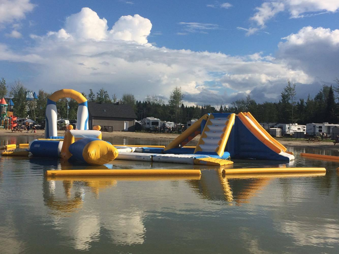 http://www.parc-aquatique.com/wp-content/uploads/2017/07/parcours-gonflable-lac-complexe-atlantide-4.jpg
