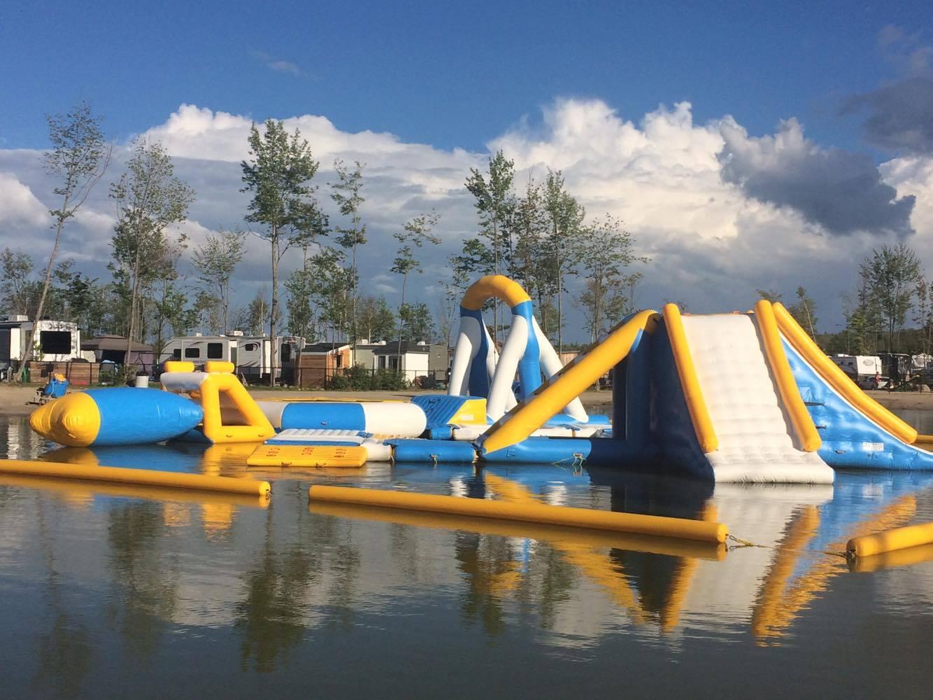 https://www.parc-aquatique.com/wp-content/uploads/2017/07/parcours-gonflable-lac-complexe-atlantide-3.jpg